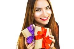 Mooie jonge vrouw met giften met rode en purpere linten stock afbeelding