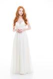 Mooie jonge vrouw met golvend lang haar in huwelijkskleding Stock Foto