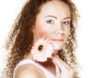 Mooie jonge vrouw met grote roze gerber royalty-vrije stock afbeelding