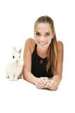 Mooie jonge vrouw met haar konijntje Royalty-vrije Stock Afbeelding