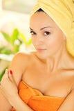 Mooie jonge vrouw met handdoek op hoofd stock foto