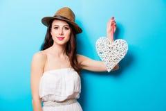 Mooie jonge vrouw met hart gevormd stuk speelgoed dat bevindt zich voor stock afbeelding
