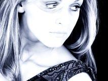 Mooie Jonge Vrouw met het Haar van de Blonde in Blauwe Tonen Royalty-vrije Stock Afbeelding