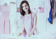 Mooie jonge vrouw met het meten van band op schouders royalty-vrije stock afbeelding