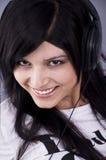 Mooie jonge vrouw met hoofdtelefoons Royalty-vrije Stock Afbeeldingen