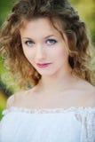 Mooie jonge vrouw met krullend haar Stock Foto's