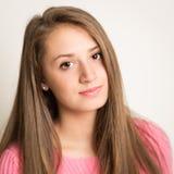 Mooie jonge vrouw met lang haar stock fotografie