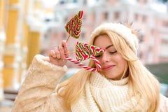 Mooie jonge vrouw met lang haar die warme gebreide hoed, h dragen Stock Foto