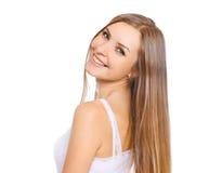 Mooie jonge vrouw met lang haar en leuke glimlach Stock Foto's