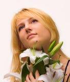 Mooie jonge vrouw met leliebloem royalty-vrije stock foto's