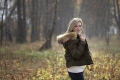 Mooie jonge vrouw met make-up in het de herfstpark die de camera bekijken Stock Afbeeldingen
