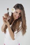 Mooie jonge vrouw met make-upborstel Stock Afbeeldingen