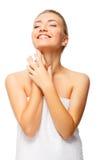 Mooie jonge vrouw met naakte schoudersglimlachen Royalty-vrije Stock Afbeeldingen