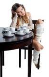 Mooie jonge vrouw met overvloed van koffiekoppen Royalty-vrije Stock Foto's