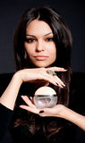 Mooie jonge vrouw met parfum bot stock foto