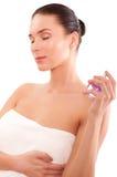 Mooie jonge vrouw met parfume Stock Afbeelding