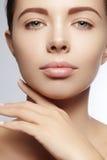 Mooie jonge vrouw met perfecte schone glanzende huid, natuurlijke maniermake-up De close-upvrouw, vers kuuroord kijkt Royalty-vrije Stock Afbeelding