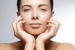 Mooie jonge vrouw met perfecte schone glanzende huid, natuurlijke maniermake-up De close-upvrouw, vers kuuroord kijkt Stock Foto's