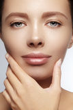 Mooie jonge vrouw met perfecte schone glanzende huid, natuurlijke maniermake-up De close-upvrouw, vers kuuroord kijkt Royalty-vrije Stock Afbeeldingen