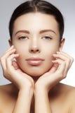 Mooie jonge vrouw met perfecte schone glanzende huid, natuurlijke maniermake-up De close-upvrouw, vers kuuroord kijkt Stock Afbeelding