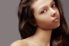Mooie jonge vrouw met schone huid, glanzend haar, maniermake-up Glamoursamenstelling, perfecte vormwenkbrauwen Portret sexy brune Stock Foto