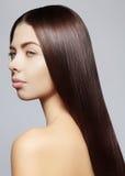 Mooie jonge vrouw met schone huid, mooi recht glanzend haar, maniermake-up Royalty-vrije Stock Afbeeldingen