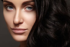 Mooie jonge vrouw met schone huid, mooi recht glanzend haar, maniermake-up Stock Fotografie
