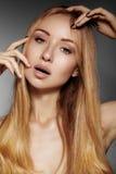 Mooie jonge vrouw met schone huid, mooi recht glanzend haar, maniermake-up Glamoursamenstelling, perfecte vormwenkbrauwen Por Royalty-vrije Stock Afbeelding