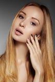 Mooie jonge vrouw met schone huid, mooi recht glanzend haar, maniermake-up Glamoursamenstelling, perfecte vormwenkbrauwen Por Stock Foto's