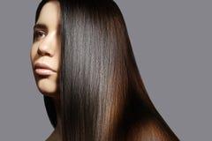 Mooie jonge vrouw met schone huid, mooi recht glanzend haar, maniermake-up Mooi vlot kapsel Stock Fotografie