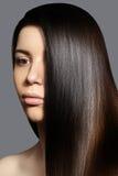Mooie jonge vrouw met schone huid, mooi recht glanzend haar, maniermake-up Mooi vlot kapsel Royalty-vrije Stock Afbeelding