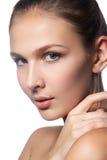 Mooie jonge vrouw met schone verse huid Portret van mooi jong meisje met schone huid op mooi gezicht - witte achtergrond Royalty-vrije Stock Foto