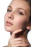 Mooie jonge vrouw met schone verse huid Portret van mooi jong meisje met schone huid op mooi gezicht - witte achtergrond Royalty-vrije Stock Fotografie