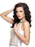 Mooie jonge vrouw met schoonheids lang krullend haar. royalty-vrije stock foto