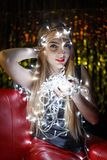 Mooie jonge vrouw met slingers op gezicht en lichaam Royalty-vrije Stock Afbeelding
