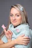 Mooie jonge vrouw met vlinders in blauwe sca stock afbeeldingen