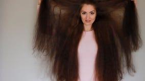 Mooie jonge vrouw met zeer dik en lang haar hairstyle stock footage