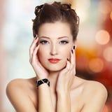Mooie jonge vrouw met zwarte spijkers stock foto's