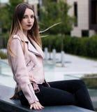 Mooie jonge vrouw naast fontein op straat van de stad royalty-vrije stock foto's