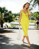 Mooie jonge vrouw om in het park te lopen Royalty-vrije Stock Fotografie