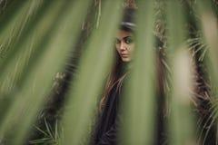 Mooie jonge vrouw onder de tropische installaties Vakantie keerkringen Het schot van de manier stock foto's