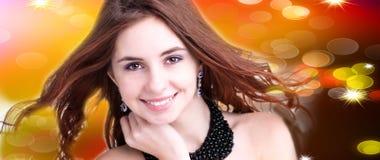 Mooie jonge vrouw op abstracte achtergrond Stock Afbeelding