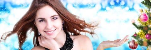 Mooie jonge vrouw op abstracte achtergrond Royalty-vrije Stock Foto
