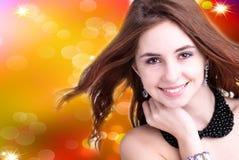 Mooie jonge vrouw op abstracte achtergrond Royalty-vrije Stock Afbeelding