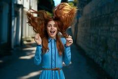 Mooie jonge vrouw op de boulevard die in de stad lopen Stock Foto