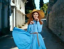 Mooie jonge vrouw op de boulevard die in de stad lopen Royalty-vrije Stock Foto