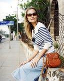 Mooie jonge vrouw op de straat Stock Fotografie