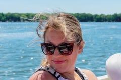 Mooie jonge vrouw op een boot met haar die in de wind blazen Royalty-vrije Stock Afbeelding