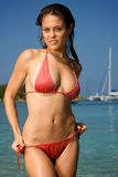 Mooie jonge vrouw op een strand. Stock Afbeelding
