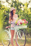Mooie jonge vrouw op fiets Stock Foto
